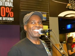 Vernon Reid joking with the crowd.